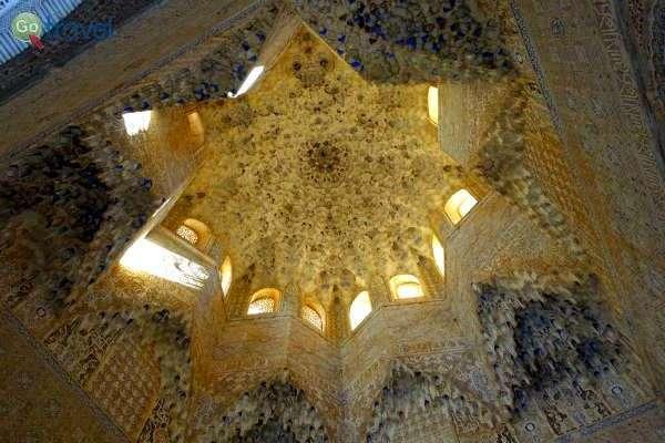 הכוכב הוא מוטיב חוזר בעיטורים ובפיתוחים שבאלהמברה (צילום: אמיר גור)