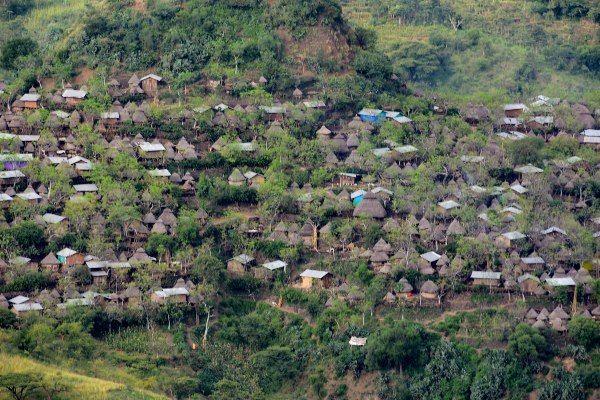 כפר קונסו על צלע ההר (צילום: Richard Mortel)