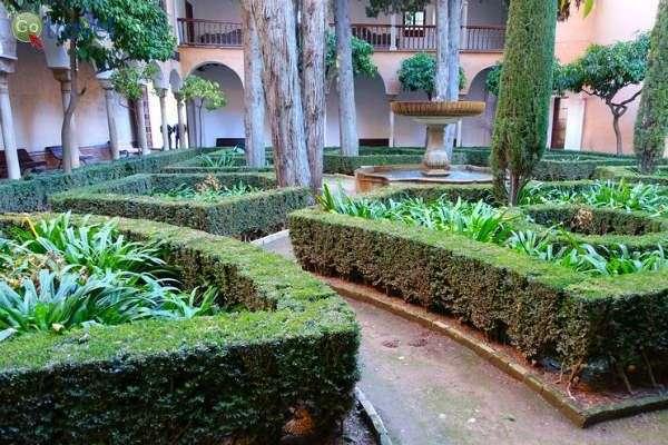 בין החדרים יש מרפסות מעוצבות וצמחייה ירוקה (צילום: אמיר גור)