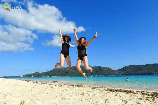 לומדים לרחף מעל חוף לבן סיישלי טיפוסי (צילום: אמיר גור)