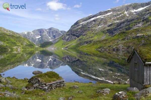אגם, השתקפות ובקתות רועים קטנות  (צילום: נורית פרח)