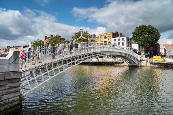 """גשר """"חצי פני"""" מעל נהר ליפי החוצה את דבלין (צילום: Nico Kaiser)"""