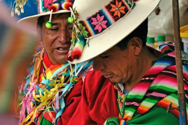 פונצ'וס וכובעים בשלל צבעים מקשטים את הרחובות (צילום: Vincent Ader)