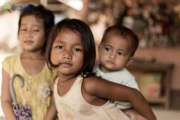 הילדות שומרות על האחים הקטנים מגיל צעיר (צילום: Christian Bowman)