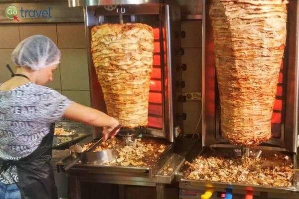 מסעדת הגירוס הכי פופולרית ביואנינה...  (צילום: כרמית וייס)