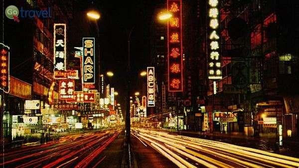 רחוב נייתן בלילה  (צילום: John H. Gámez)