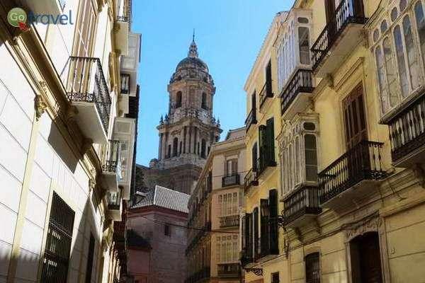 הקתדרלה מעל בתי מאלגה  (צילום: כרמית וייס)