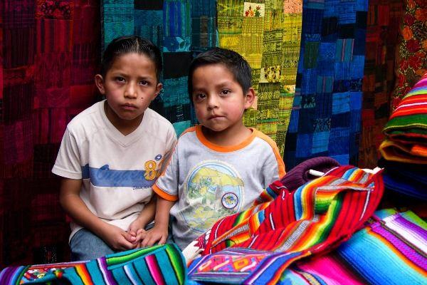 ילדים בשוק הססגוני של צ'יצ'יקסטננגו (צילום: flyingfabi)
