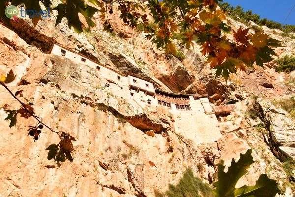 מנזר קיפינה במערה על צלע המצוק  (צילום: כרמית וייס)