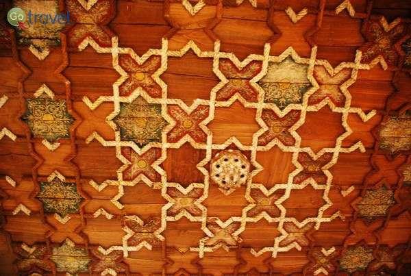 תקרת עץ עם חבלים בסגנון מנואליני  (צילום: כרמית וייס)