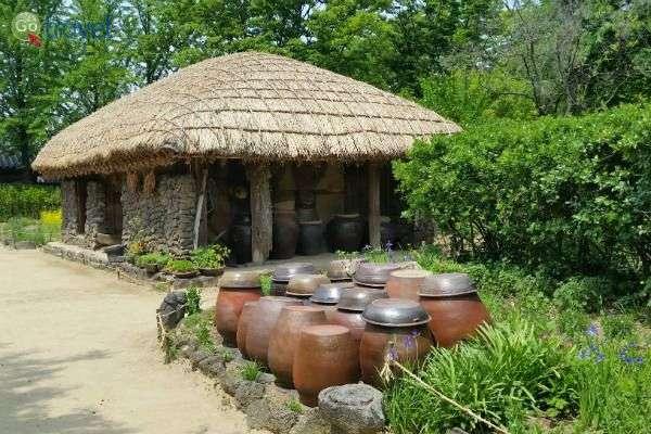 בנייה מסורתית באבן (צילום: יובל נעמן)