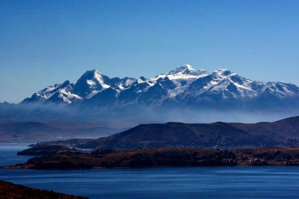 הר אייאמפו הסמוך לאגם טיטיקקה (צילום: Mariano Mantel)