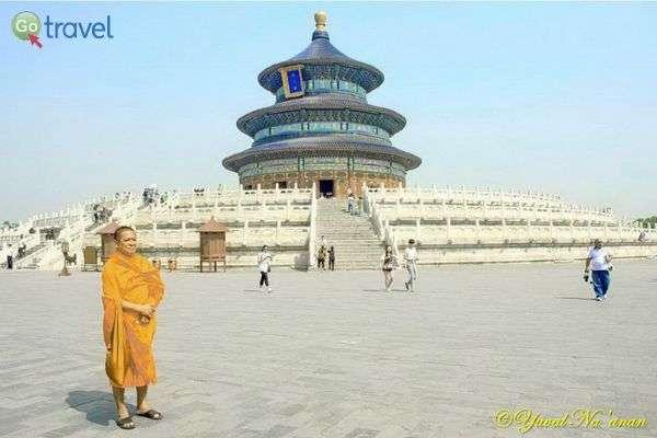 נזיר בפתחו של מקדש השמיים (צילום: יובל נעמן)