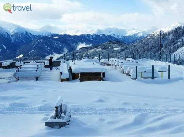 בקתת הרים שכוסתה בשלג הכבד של הלילה (צילום: כרמית וייס)