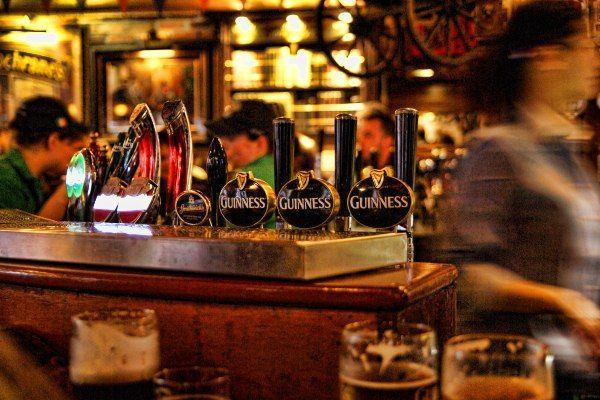 מגוון בירות מהחבית בפאב אירי טיפוסי (צילום: Elizabeth Burnett)