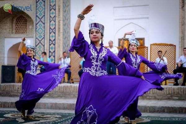 רקדניות בחגיגות הנורוז באוזבקיסטן   (צילום: Frode Bjorshol)