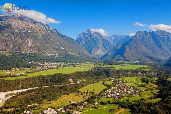 העיירה בובץ' וההרים המקיפים אותה  (צילום: לשכת התיירות הסלובנית)