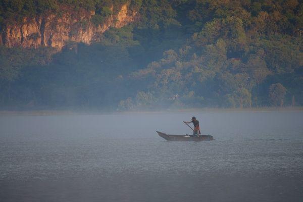 חותר בודד חוצה את האגם (צילום: Adam Baker)