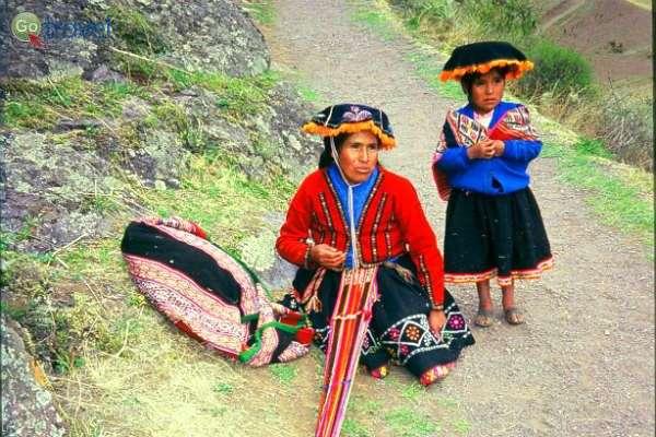 """נשים מקומיות מוכרות מזכרות מסורתיות (צילום: ד""""ר רמי דברת)"""