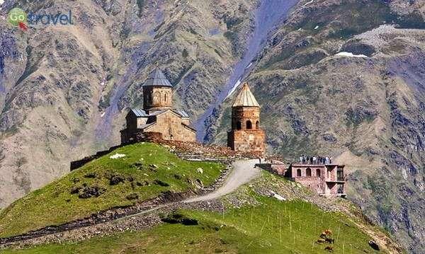 כנסיית השילוש הקדוש והר קזבג  (צילום: Levan Gokadze)