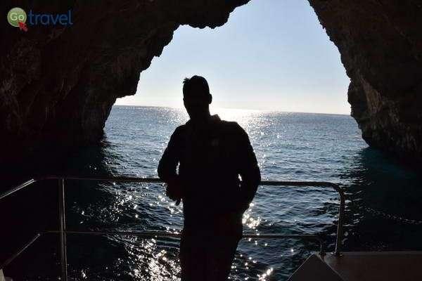 הספינה נכנסת לאחת הנקרות הגדולות לחופי האי פאקסוס  (צילום: כרמית וייס)