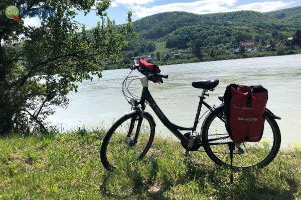 """אופניים לרכיבה יומית, עם שק """"פינוקים""""  (צילום: ישי מולד)"""