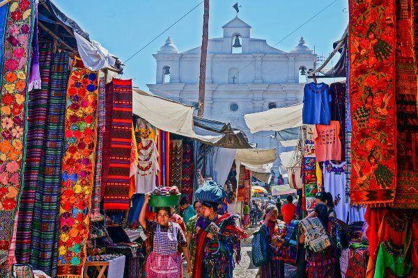 השוק הצבעוני של צ'יצ'יקסטננגו (צילום: Toby Argüelles)
