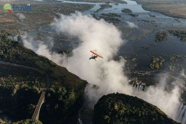 ריחוף מעל המפלים (צילום: זיו קורן)