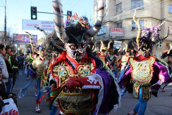 אנשים מכל רחבי בוליביה מגיעים לפסטיבל באורורו (צילום: Rolando Simon)