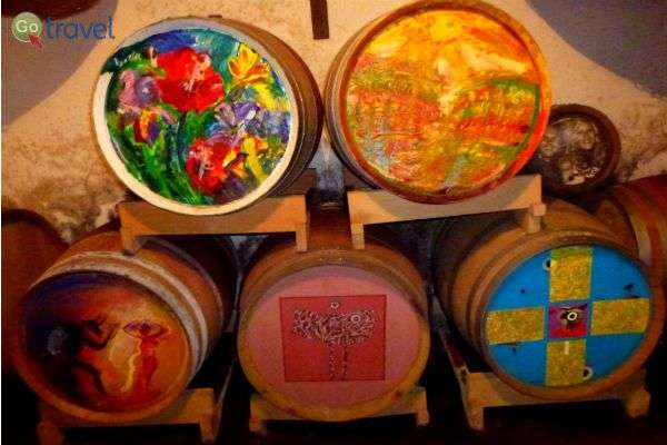 יין ואמנות - חביות מצוירות בהשראת עולם היין (צילום: עידו לברן)