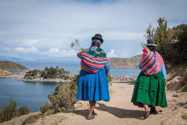נשות האי בשגרת יומן (צילום: Johannes Donderer)