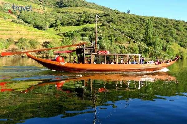 """סירות """"רבלו"""" המסורתיות איתן העבירו את היין לאורך הנהר (צילום: ירדן גור)"""