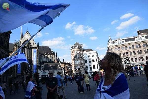 מפגינה למען ישראל בכיכר דאם  (צילום: כרמית וייס)