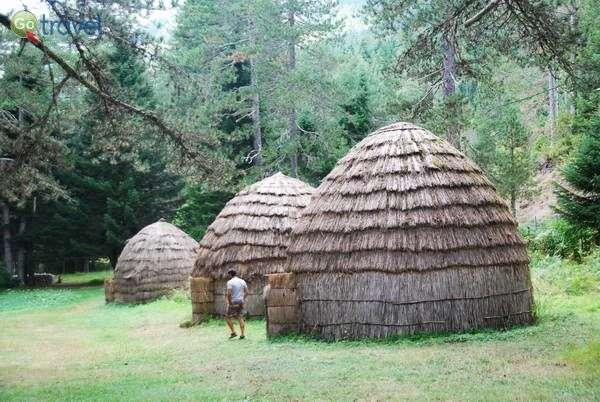 בבקתות הקש של  נוודי הסרקצאני (צילום: כרמית וייס)