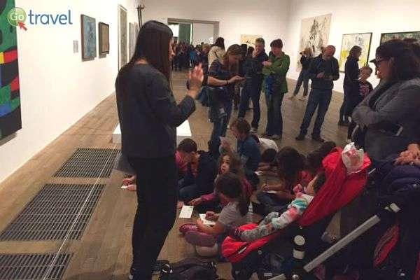 הכותבת בפעולה - סיור עם קבוצה בגלריה בלונדון (צילום: כלנית שכנר לאופר)