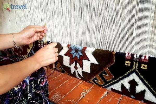 ככה אורגים שטיח - במוזיאון השטיחים (צילום: נעם סלע)