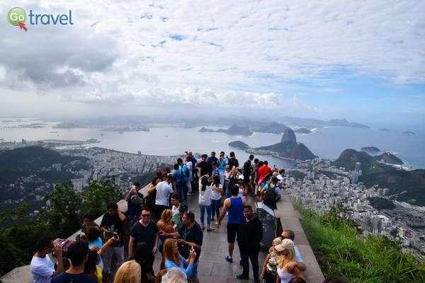 העיר ריו פרוסה למרגלות הפסל  (צילום: כרמית וייס)