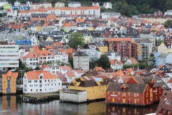 בתיה הצבעוניים של העיר ברגן מכיוון הים  (צילום: שלמה צדקיהו)