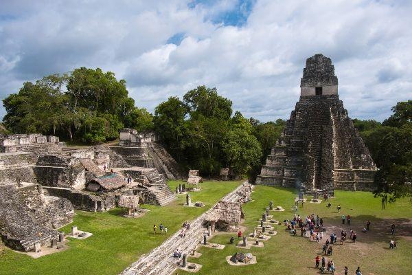 הפירמידות והמקדשים בעיר המאיה טיקאל הם כמו מגרש משחקים ענק עבור הילדים (צילום: Lukáš Jančička)