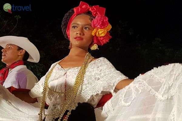מופע פולקלור בבירת התרבות של מקסיקו, העיר מרידה (צילום: נעם סלע)