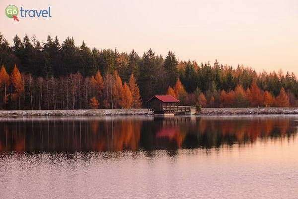 אגם קסום וצבעי שלכת בהרי פיכטל  (צילום: כרמית וייס)