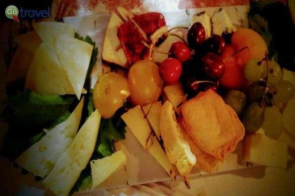 בין מנות הפתיחה: גבינות מקומיות, ברוסקטות ופירות (צילום: ירדן גור)