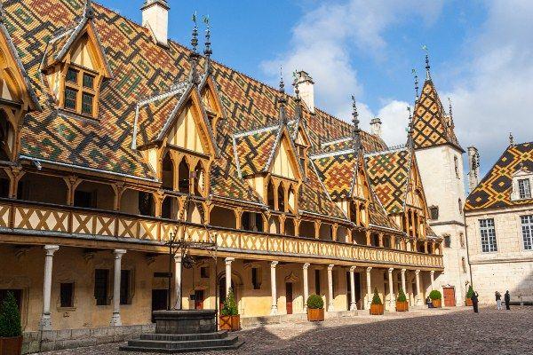 הוספיס דה בון - מוזיאון מרתק המארח את המכירה הפומבית הגדולה ביותר בעולם היין (צילום: Phil Norton)