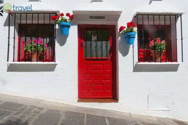 בתים לבנים וציוריים בעיירה מיחאס (צילום: כרמית וייס)