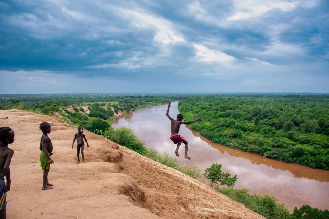 ילדים משבט הקארו משחקים על גד נהר אומו (צילום: Rod Waddington)