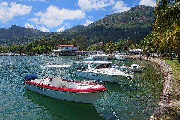 למרות הפיתוי להישאר במלון המפנק - כדאי לבקר באיים סמוכים עם סירה (צילום: David Stanley)