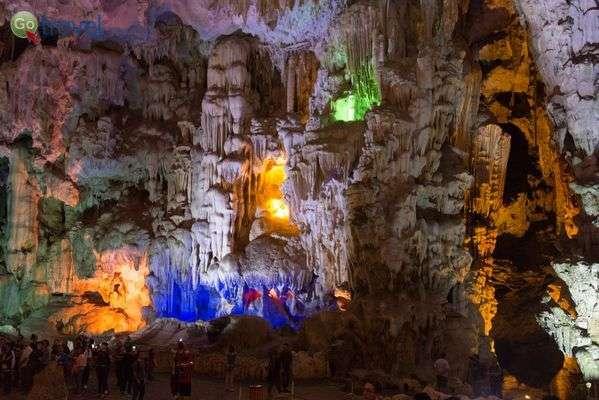 נטיפים, זקיפים ותצורות קארסטיות במערות המפרץ (צילום: Richard Mortel)