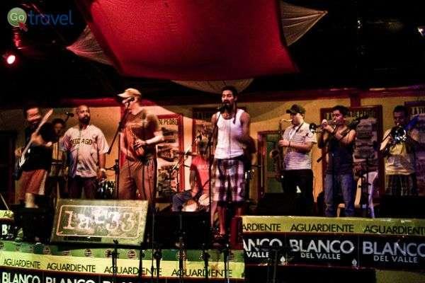 להקה מנגנת מוסיקת סלסה בעיר קאלי (צילום:  klem@s)
