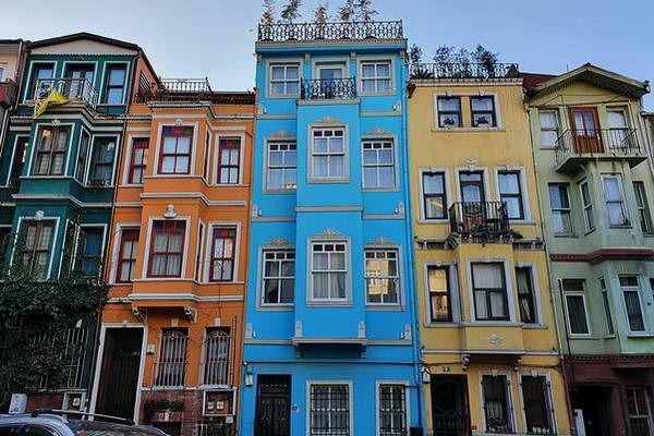 בתים צבעוניים בשכונת באלט הציורית  (צילום: Antoloji)
