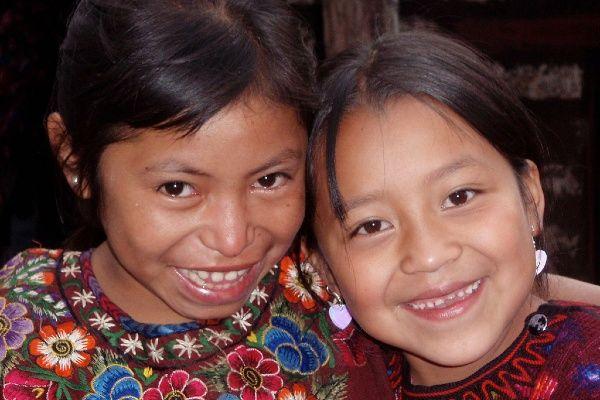 ילדות בגואטמלה מתחילות לארוג בגיל חמש (צילום: Lon&Queta)